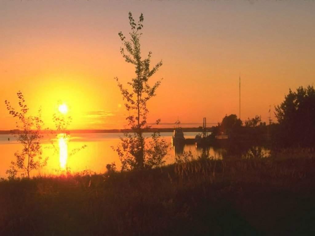 Fond ecran du soleil qui se couche dans la mer il est for Architecture qui se fond dans le paysage